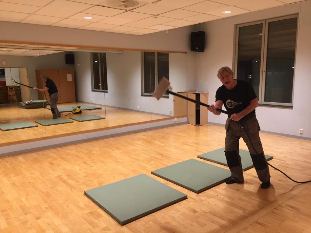 Ingen vanlig träning, men städa mattorna kan man alltid göra. Då är de rena och fina när vi sedan sätter igång igen.